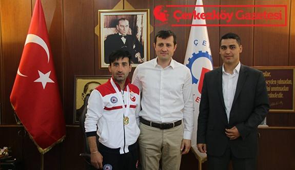 Balkan Şampiyonu Akay'ı ziyaret etti