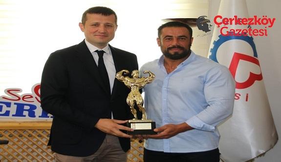 Dünya Şampiyonu, Başkan Akay'ı ziyaret etti