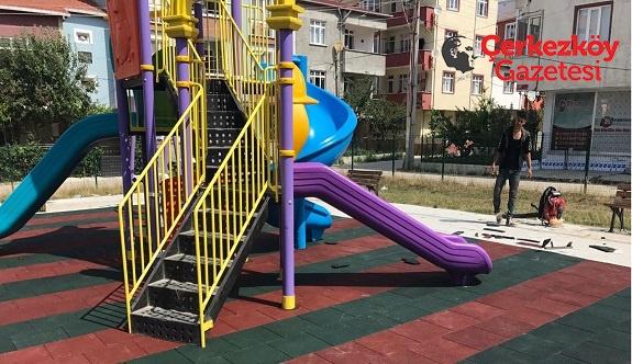 Çocuk parklarının zeminlerine kauçuk taban döşeniyor