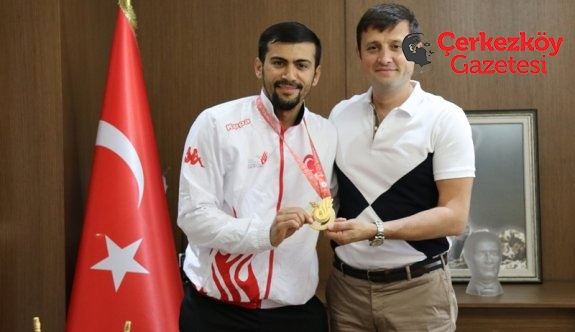 Milli sporcu Başkan Akay'ı ziyaret etti