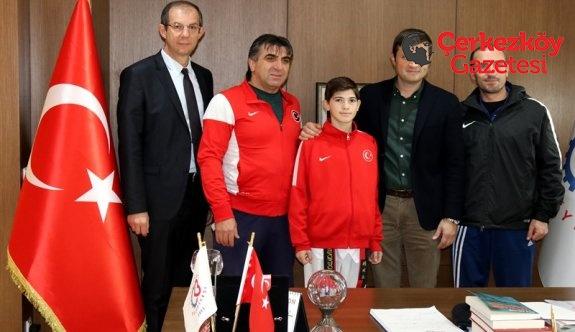 Milli sporcudan Başkan Akay'a ziyaret