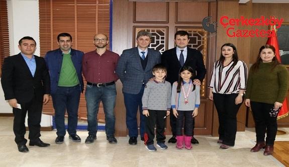 Minik satranççılar Başkan Akay'ı ziyaret etti