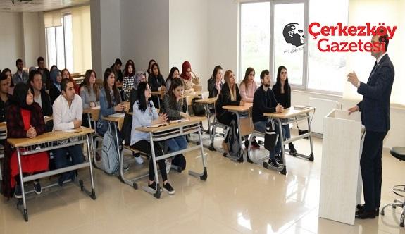 Akay'dan öğrencilere siyaset dersi