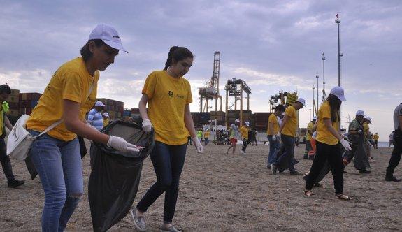 Gönüllüler denizi temizledi