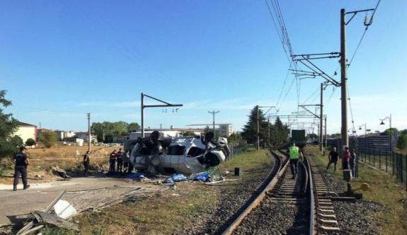 Velimeşe hemzemin geçitte feci kaza Yük treni minibüse çarptı: 6 ölü
