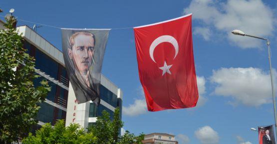 Caddeler bayraklarla donatılıyor