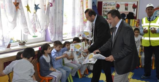 Minik Ogrencilere Polis Amcalarindan Boyama Kitabi